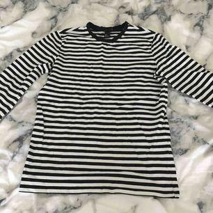 Jättesnygg randig tröja, perfekt att ha under en tshirt eller bara som den är. Köpt på H&M. Köparen betalar för frakten:)