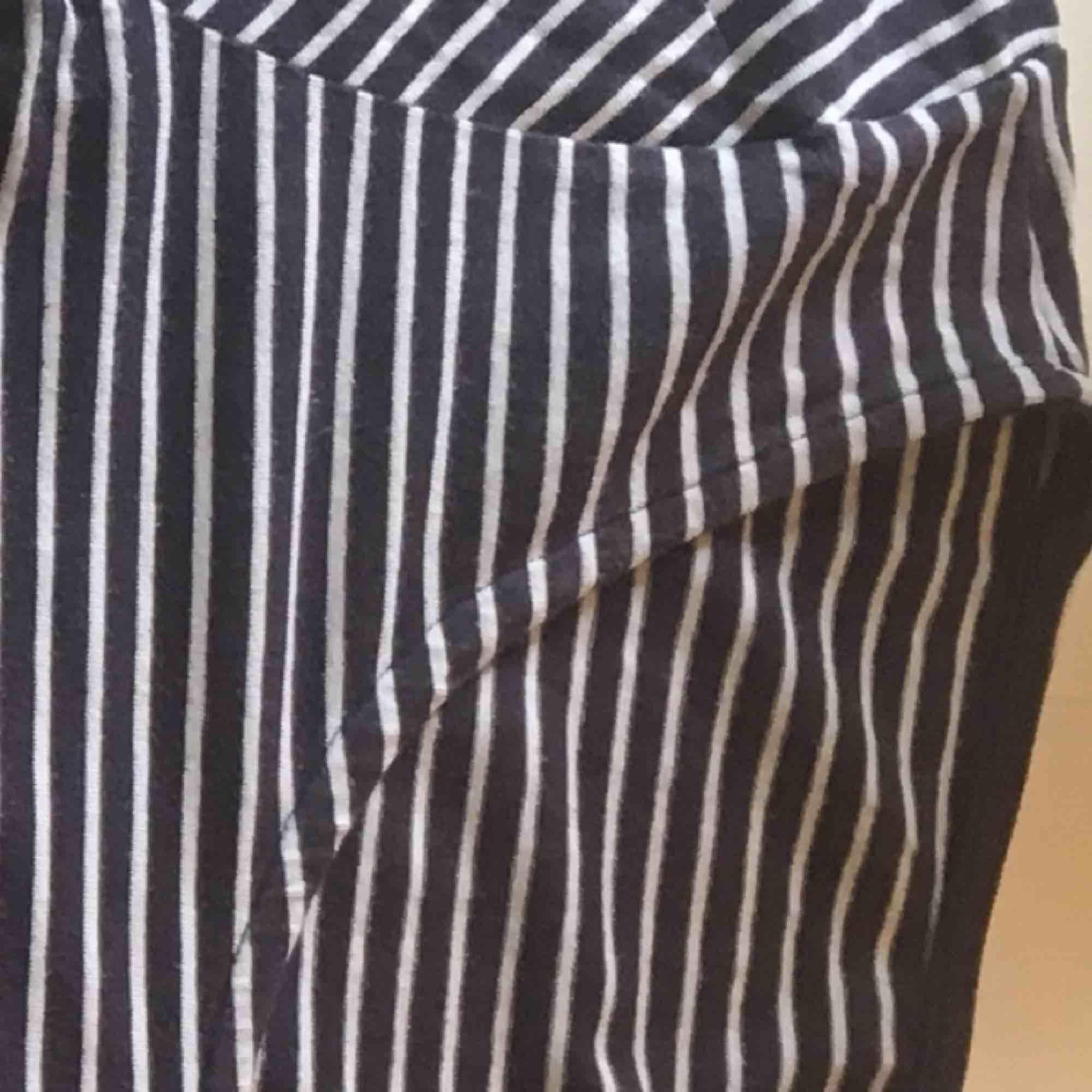 Säljer pågrund av för stor Randig med färgerna mörkblå och vit Använd ett par gånger  Köparen står för frakt . T-shirts.
