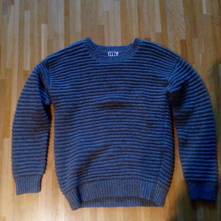 Varm och skön stickad tröja. Som ny använd fåtal gånger. Står strl 32 men passar även S. Frakt tillkommer . Övrigt.