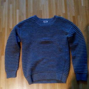 Varm och skön stickad tröja. Som ny använd fåtal gånger. Står strl 32 men passar även S. Frakt tillkommer