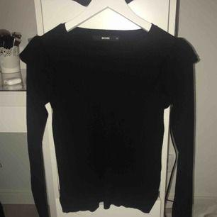Svart långärmad tröja från bikbok med volanger över axlarna. (Kontakta mig för frågor eller mer bilder)