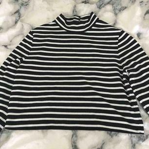 Jättesnygg randig magtröja i storlek L. Den är ganska stor så passar också som en vanlig tröja om man har S eller M. Köparen betalar för frakten:)