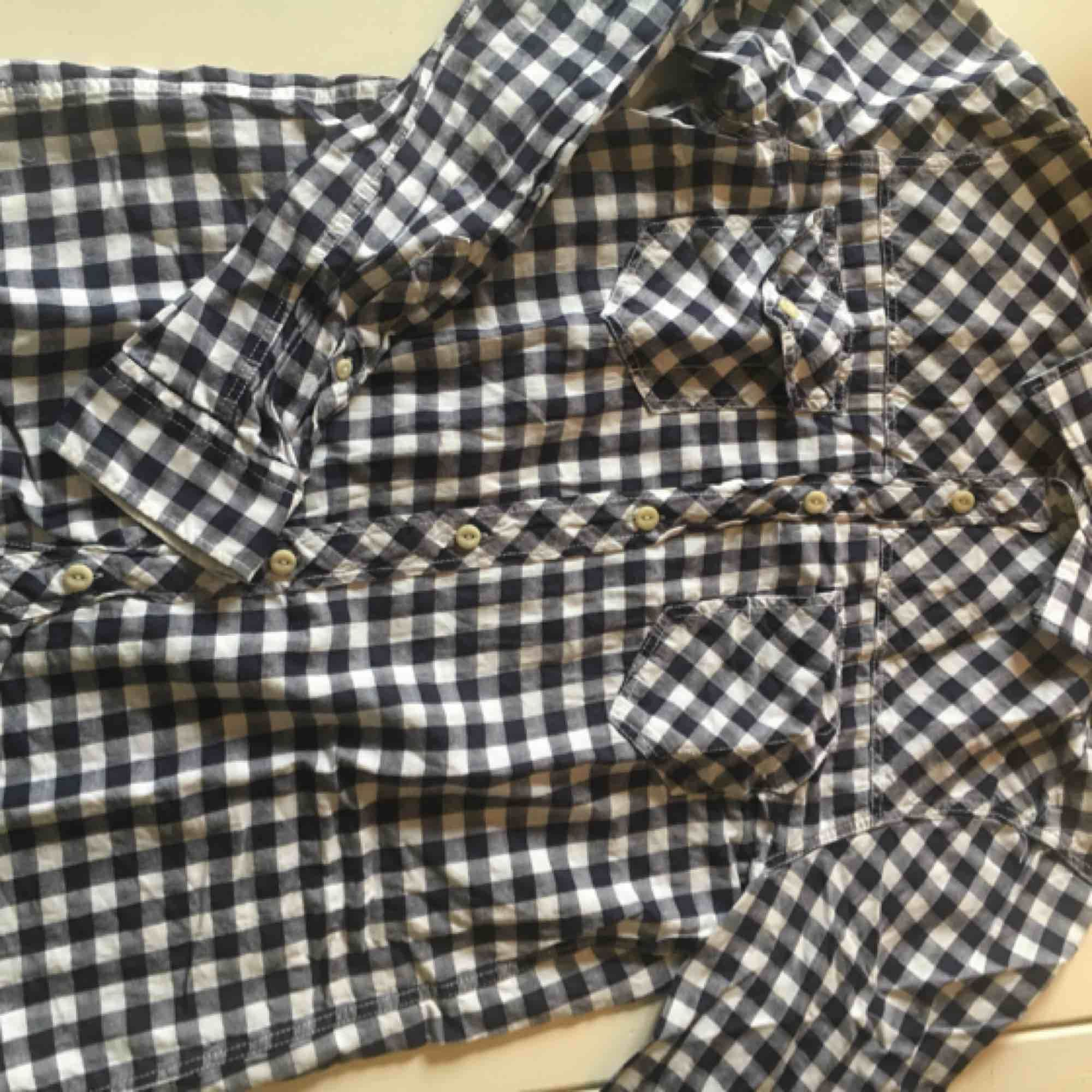 Tärnad skjorta  Blå och vit Använd några gånger Köparen står för frakt. Skjortor.