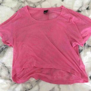 Jättesnygg genomskinlig rosa magtröja i M från Gina Tricot. Funkar även som en vanlig tröja om man har XS eller S. Köparen betalar för frakten:)