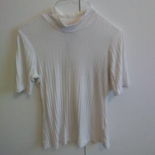 strl XS/S, köpt på Weekday. åtsittande tröja.