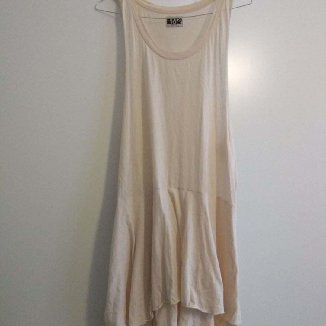 strl M, lös klänning i svagt off-white/rosa. Kan bäras av S och L tack vare den hängande passformen.. Klänningar.