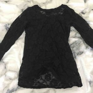 En jättesnygg genomskinlig tight tröja med svart spets. Nästan oanvänd. Storleken är XS men den är stretchig så man kan ha den om man har S också. Köparen betalar för frakten:)