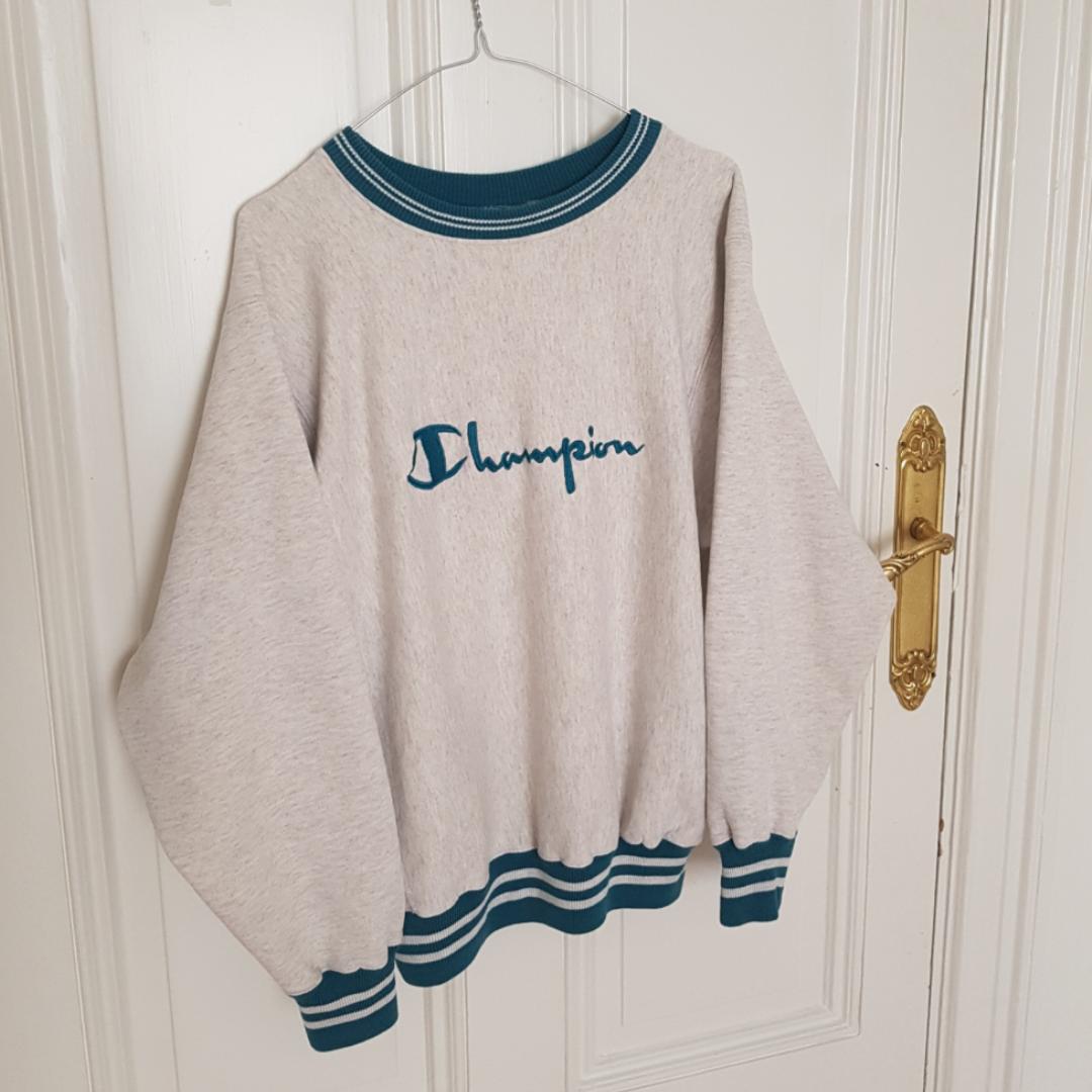 Mysig vintage sweater / tröja från Champion i mycket fint skick. Ballongaktiga ärmar med muddar, står att det är en L på lappen men skulle snarare säga M eller en lite oversize S.. Tröjor & Koftor.