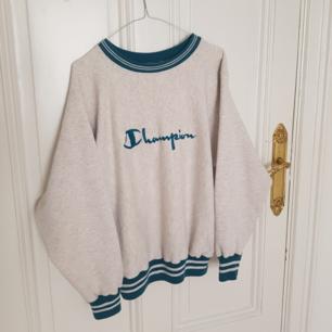 Mysig vintage sweater / tröja från Champion i mycket fint skick. Ballongaktiga ärmar med muddar, står att det är en L på lappen men skulle snarare säga M eller en lite oversize S.