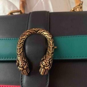 Super snygg Gucci väska i äkta läder, rymlig och helt ny aldrig använd!
