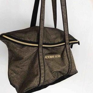 Stor rymlig väska från Victoria's secret som är jätteglittrig, glittret ramlar inte på något sätt av. Nypris: 1000
