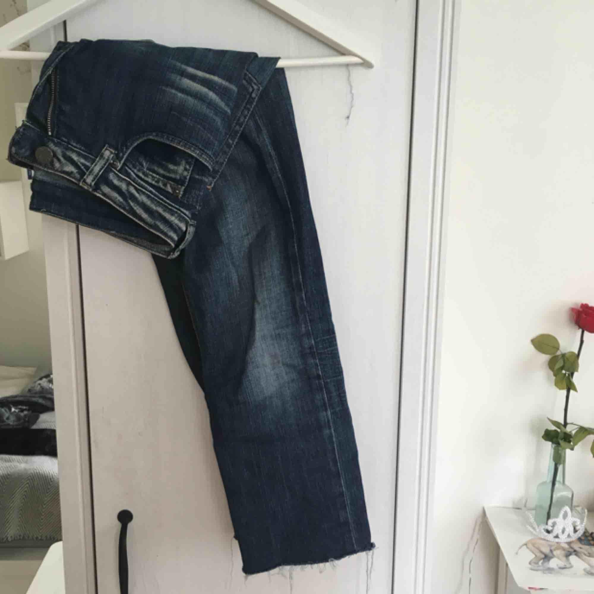 Jeans från Acne som är avklippta nertill! Går precis över anklarna på mig som är 165 😄 . Jeans & Byxor.