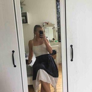 Finaste kjolen från H&M! Köpte förra sommaren och har använt en del men fortfarande i väldigt gott skick!! Blir såklart finare när den är stryken 😄
