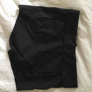 Shorts/kjol i kostymliknande stil. Passar både till fest och till vardags 💫