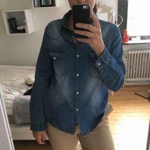 Jeansskjorta från Rut and circle! Har aldrig kommit till användning så är precis som ny🥰