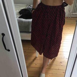 Finaste kjolen någonsin!!! Köpte den i Ghana och älskade den där, men nu är den för liten. Har några små hål som absolut inte syns men kan skicka bild på dessa vid behov 💫 finaste kjolen till hösten!