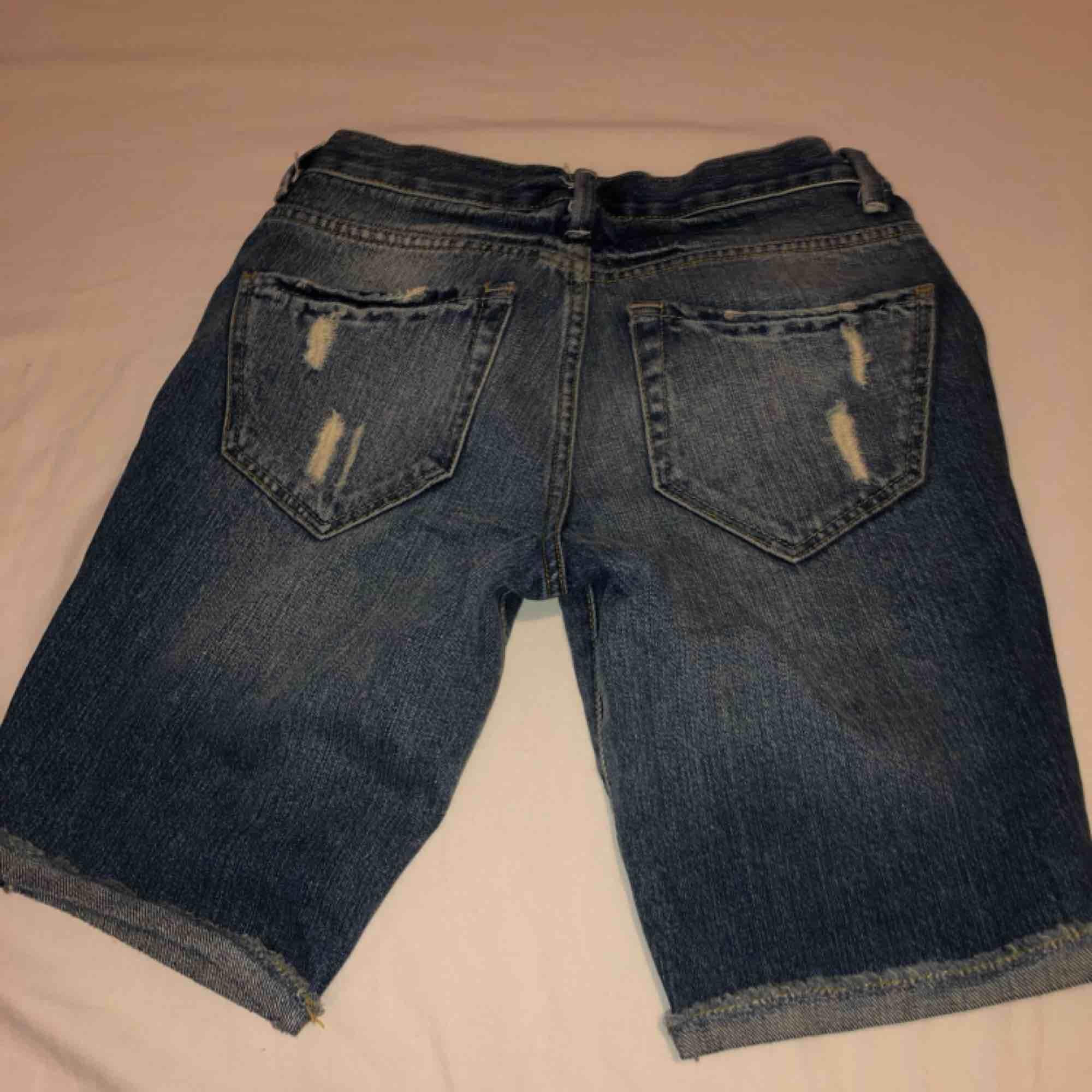 Passar från XS till en liten S  Ska flytta utomlands och vill få bort alla kläder jag lägger upp! Pris går att diskutera vid snabbaffär!   Tar Swish ✅ . Jeans & Byxor.