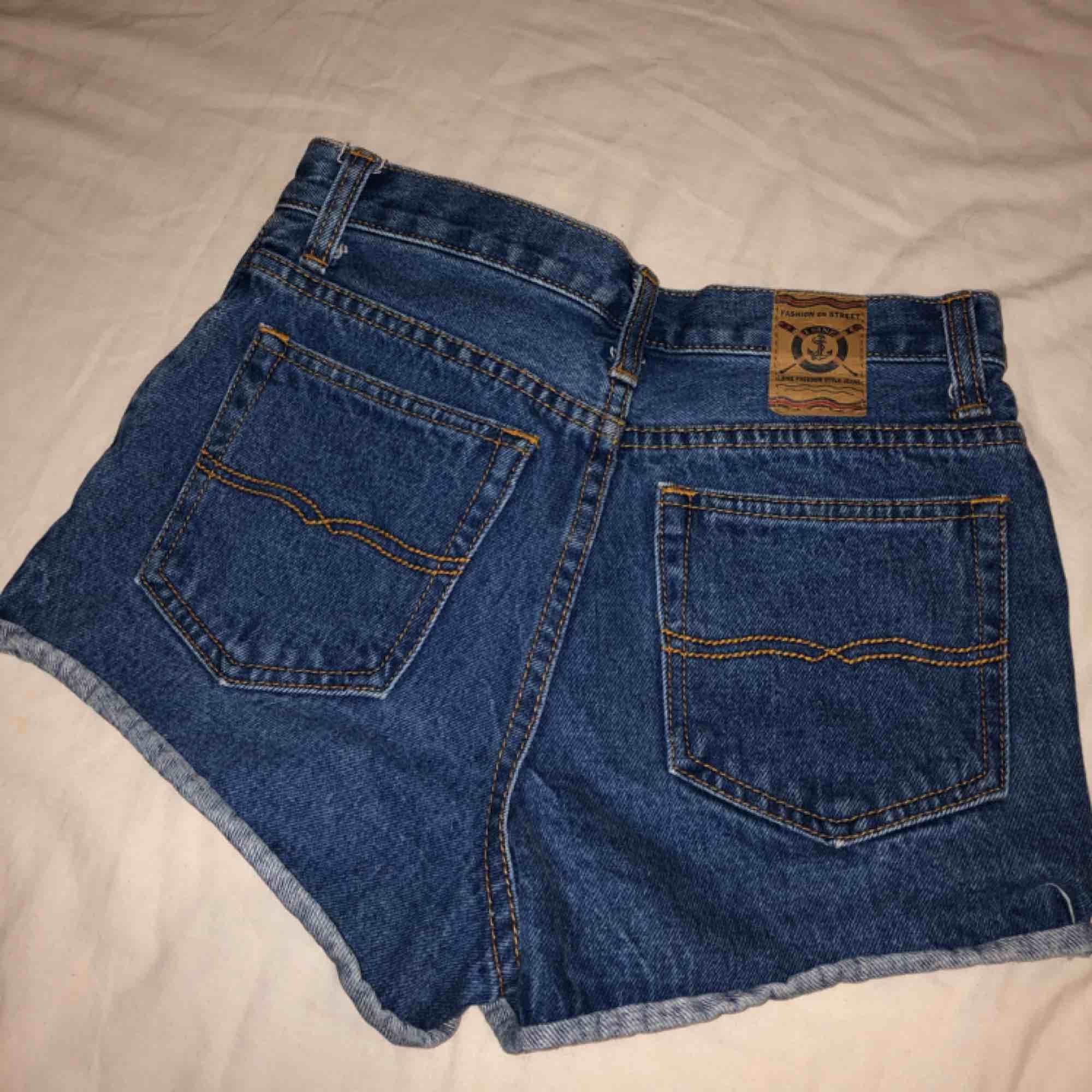 Vill få bort alla kläder då jag ska flytta utomlands!! Pris går att diskutera! . Shorts.