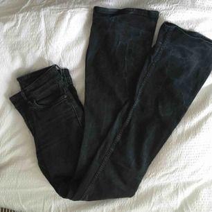 Bootcut jeans från twist and tango! Sitter jättefint på men har blivit för små för mig. Använda med inte slitna!🥰