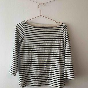 Randig tröja med trekvartslånga ärmar och skärning så man ser nyckelbenen från Uni Qlo. I fint skick. 💞 Köparen står för frakt.