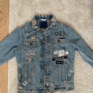 Riven jeansjacka från Zara Man som är unisex.
