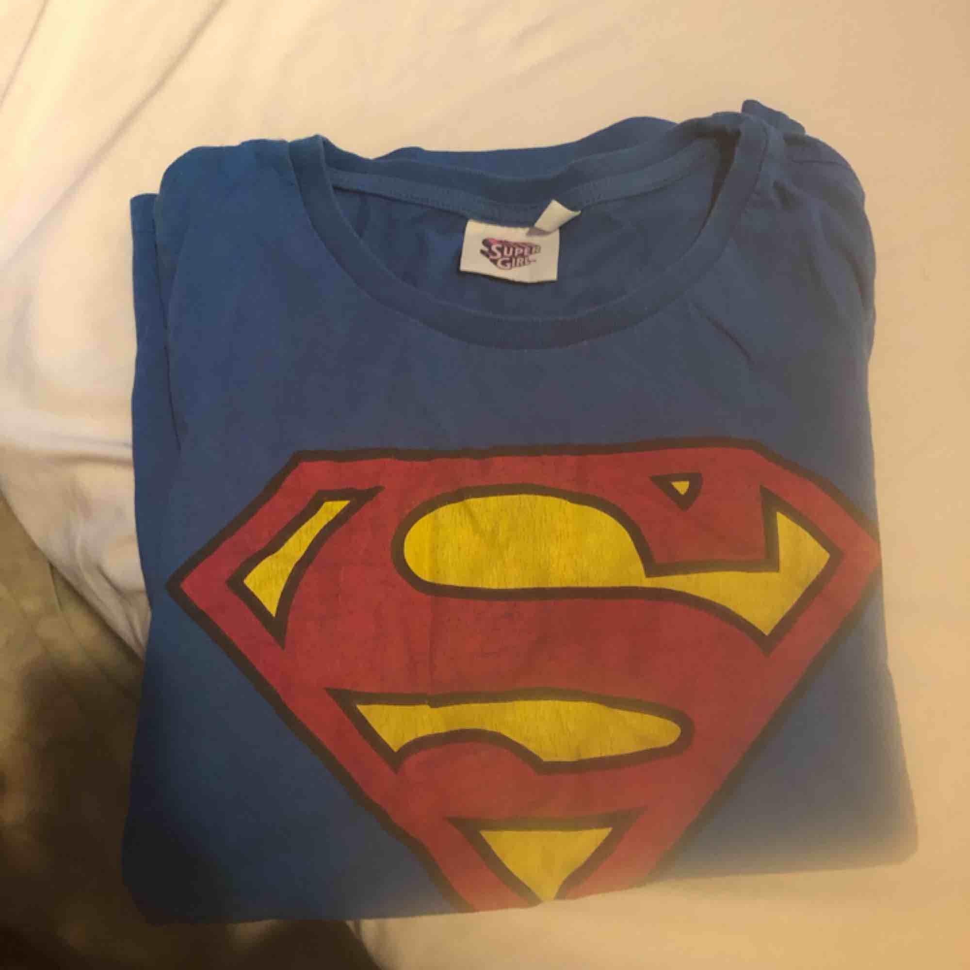 Ska flytta utomlands och vill få bort alla kläder jag lägger upp! Pris går att diskutera vid snabbaffär!   BUY 2 for 150kr inkl frakt!!   Tar Swish ✅ . T-shirts.