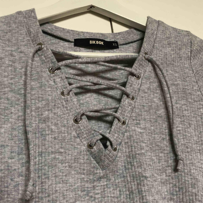 denna fina tröja från bikbok med knytdetaljer vid bröstet, i bra skick då jag använt den få gånger!!. T-shirts.
