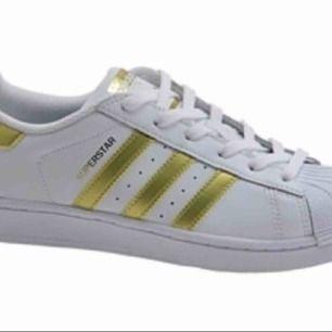 Adidas skor i bra skick🌸