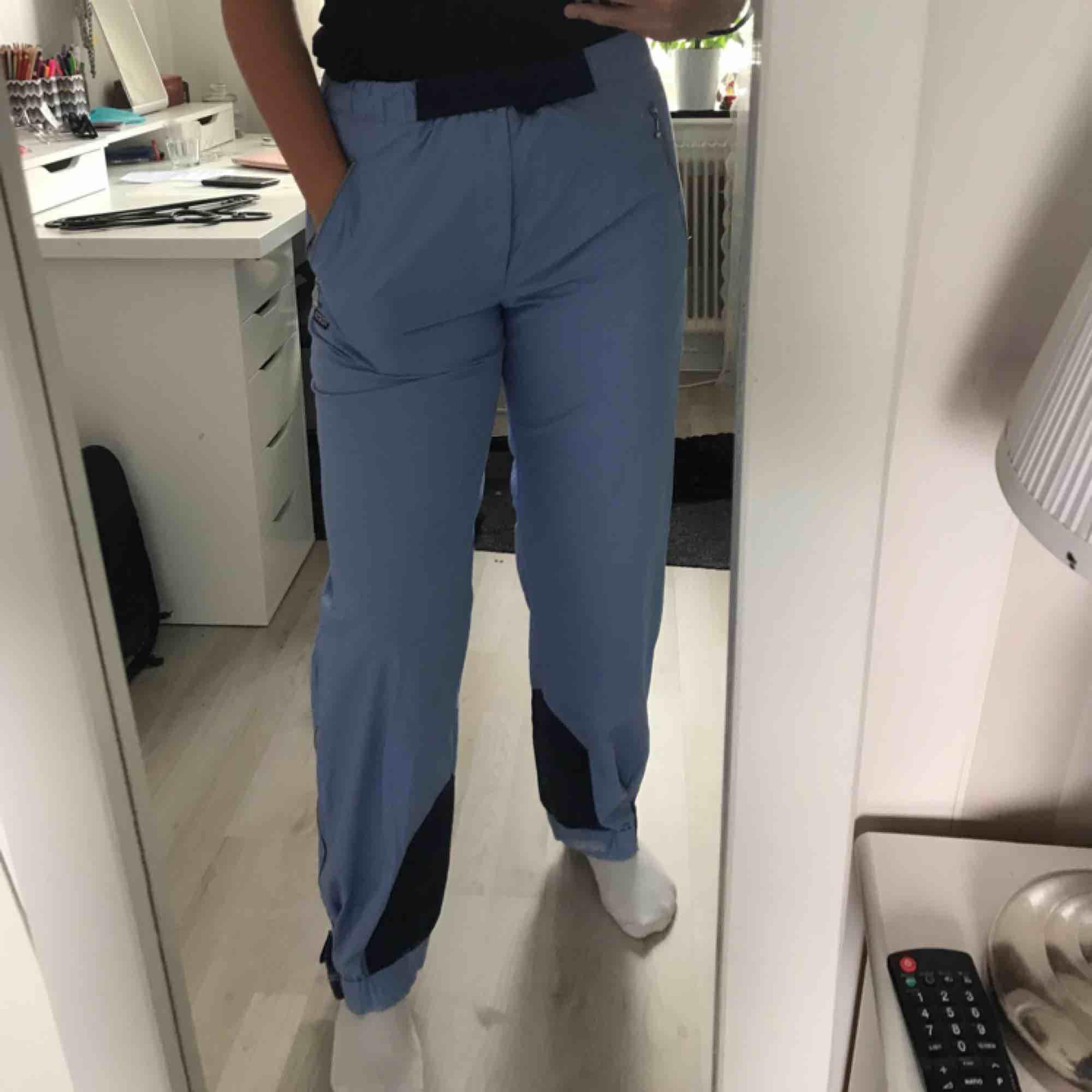 "Vintage blåa ""ONEWAY sportswear"" byxor! ❤️ Frakt inräknad i priset så buda fritt. Jeans & Byxor."