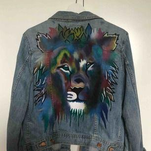 säljer min FINA lite oversized jeansjacka med egenmålad tiger på gjord av textilfärg från panduro 💥💥