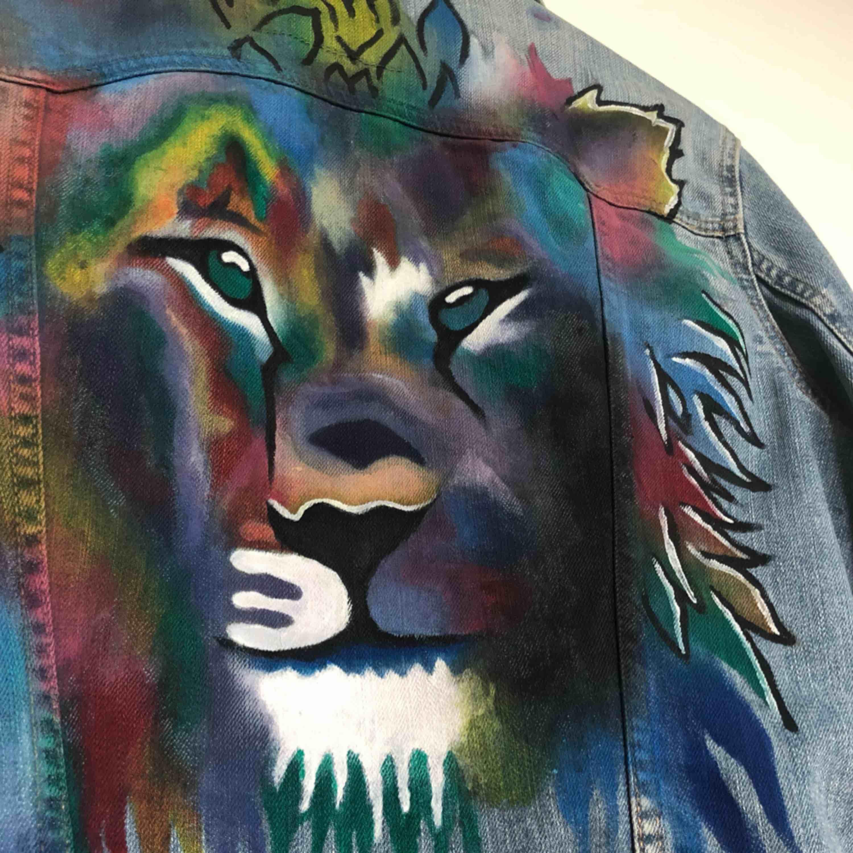 säljer min FINA lite oversized jeansjacka med egenmålad tiger på gjord av textilfärg från panduro 💥💥 . Jackor.