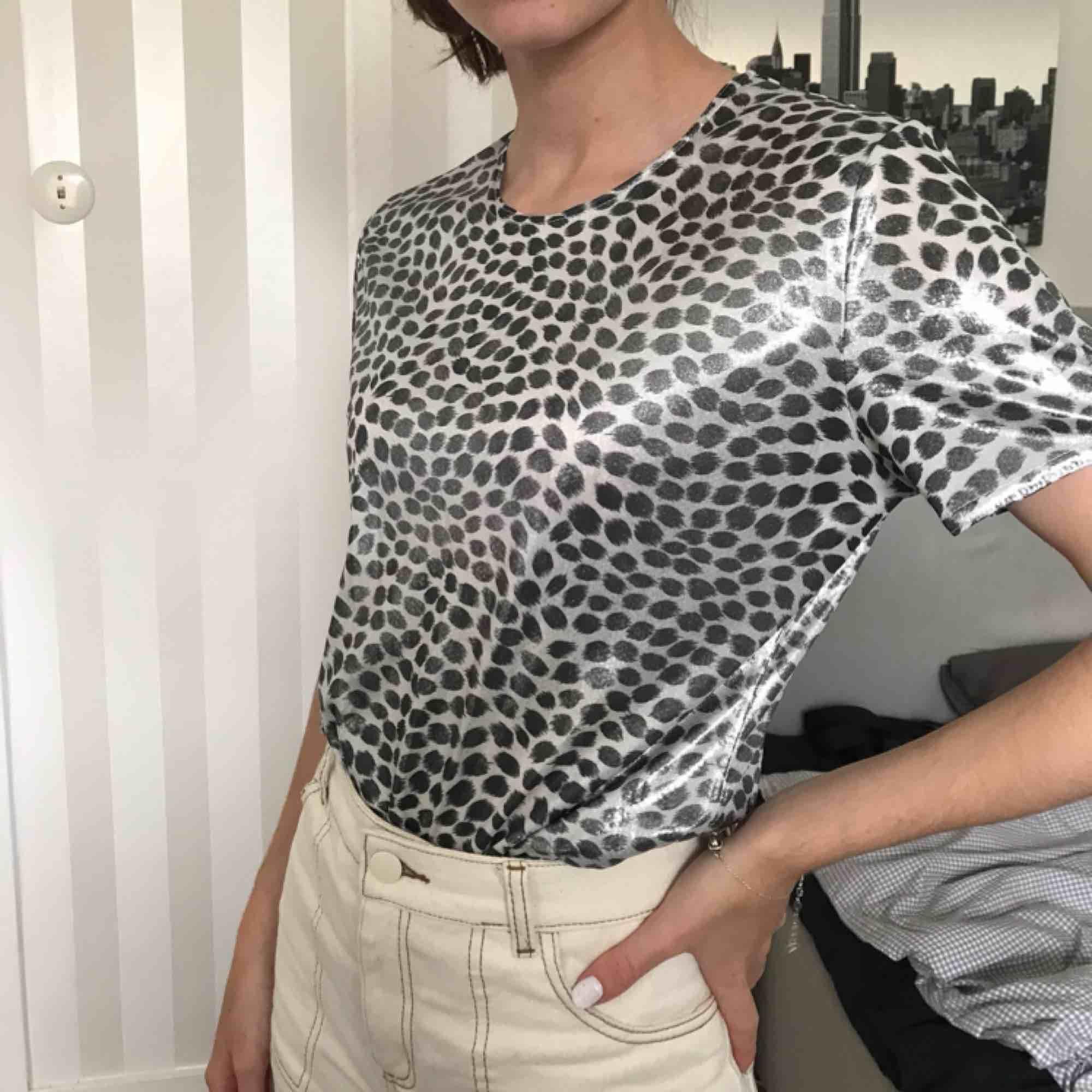 T shirt med blankt material, buda fritt! ❤️. T-shirts.