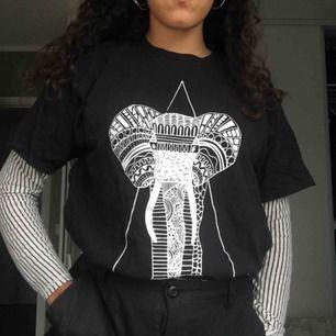 Säljer den långärmade randiga tröjan som är under. Tröjan passar S/XS. Kan mötas upp i Stockholm. Annars står köparen för frakt. Den svarta t-shirten är såld.