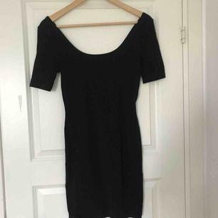 Jättesnygg svart klänning som är lite off shoulder🌸