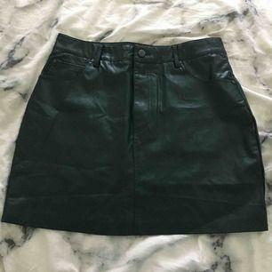 Jättesnygg tights mörkgrön skinnkjol. Säljer pga att jag aldrig har använt den. Köpt här på Plick så vet inte den exakta storleken men den är ungefär som S eller M. Köparen betalar för frakten :)