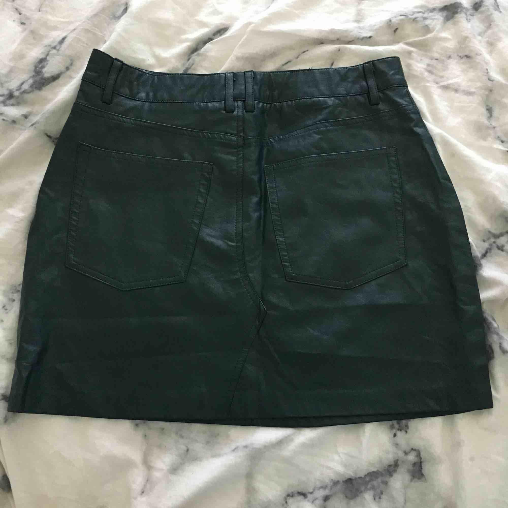 Jättesnygg tights mörkgrön skinnkjol. Säljer pga att jag aldrig har använt den. Köpt här på Plick så vet inte den exakta storleken men den är ungefär som S eller M. Köparen betalar för frakten :). Kjolar.
