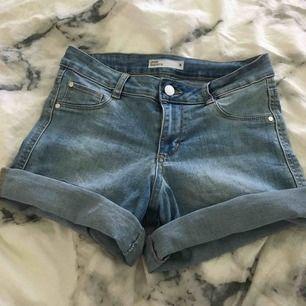 Jättefina jeansshorts med bra passform. Går både att ha uppvikta eller nedvikta. Storleken är S men eftersom det är stretchtyg så passar den M också. Säljer för att jag inte har använt dem. Kommer inte ihåg vart jag har köpt dem.