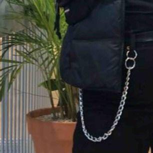 En byxkedja som även funkar som halsband om man skulle vilja det. Inte säker på längden men skulle tippa på 40cm. Kan frakta om köparen står för frakten annars mötas upp i Lund.