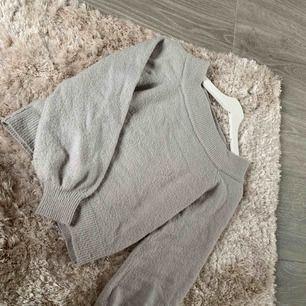 Off-shoulder stickad tröja från GinaTricot.