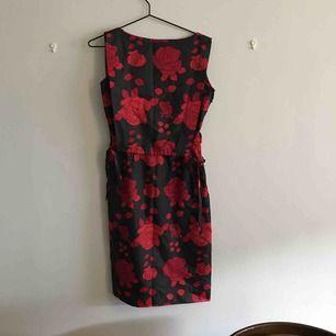 ☺️ hej och varmt välkommen jag säljer en helt Ny klänning från H&M DIVIDED jag skickar allt per post dvs jag möter inte upp utan postar allt jag säljer  i priset ingår frakten :) varmt välkommen åter ☺️