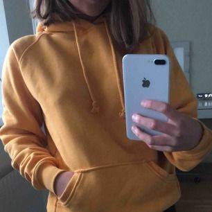En jättefin gul hoodie från bik bok! Frakt 79