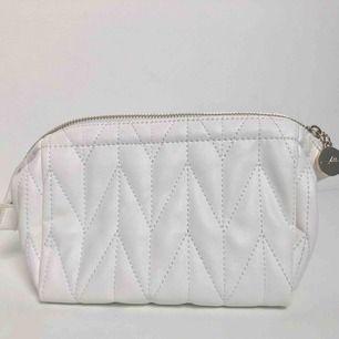 """Makeup bag """"Kelly Cosmetic White"""" Helt ny och totalt oanvänd! Vit rymlig necessär/sminkväska med ett huvudfack och två sidfickor inuti. Mått: 19x13x10 cm. Vikt: 187 gram  Kan mötas upp i Stockholm eller Tyresö. Utöver det står köpare för ev. frakt. 💙"""