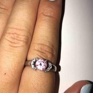 så fin ring i 25% vitt guld som behöver ett nytt hem:). Kan hämtas upp eller fraktas men frakt tillkommer. Med rosa safir och vita kristaller runt :) kan diskutera pris:))!