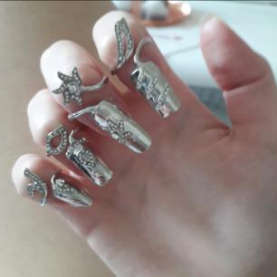 4pack Metallic smyckade nails från Spanien(aldrig använda)💟Perfekt för någon look till Halloween eller liknande! Du sätter bara på dem som ringar o behöver ej krångla med ngt lim plus att därför går de att använda hur många gånger som helst precis som smycken👍 Ringen för varje nagel går att storleksskifta till större elr mindre-däremot är nagelstorleken på naglarna för relativt små naglar/fingrar(nu har jag lite fail på bilderna då jag har vissa naglar långa under).  Frakt: 9:-