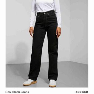 Säljer mina svarta straight jeans med vita sömmar i modellen Row från weekday. Storlek 27/32. Använd ett fåtal gånger men är i bra skick. Svaga vita streck på men syns knappt. Frakten ingår. priset är ej diskuterbart. Ingen returrätt.