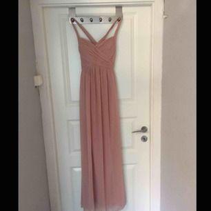 Säljer min fina balklänning som fick många positiva kommentarer under balen!  Klänningen har små maskor (som knappt syns) och därav lågt pris. Passade utmärkt på mig som är 168 Cm och har storleken xs/s. Buda gärna!