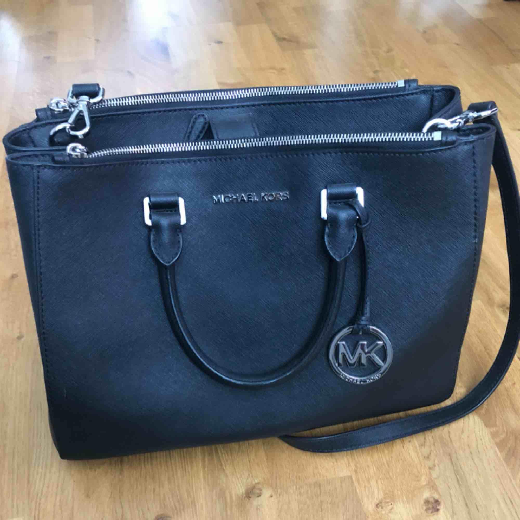 Jag säljer nu min Michael Kors väska med silvriga detaljer eftersom den aldrig används. Dust bag medföljer.   33x26x14  Använd men i väldigt fint skick. Köpare står för ev f rakt. Väskor.