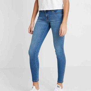Helt ny Dr denim jeans skinny atlantic blue fick 2 par hem säljer ena med tags kvar super strechig. storlek small även medium passar då denna är så strechig. slutsåld frakt ingår. nypris 499 passar på!