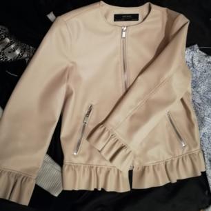 Oanvänd skinnjacka i fejk läder från Zara. Orginalpris 499kr.
