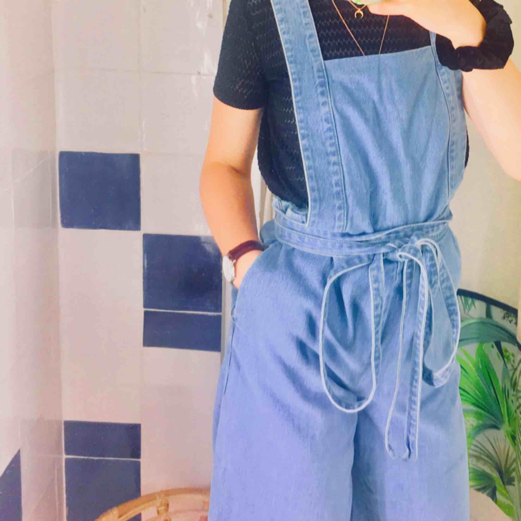 Skit ball byxdress från Zara. Storlek M men funkar bra på mig som är en XS/S också. ⚡️⚡️ Frakt tillkommer . Jeans & Byxor.